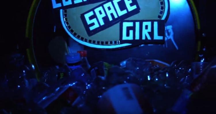 "Cosmic Space Girl: Video zu ""Fall Apart"""